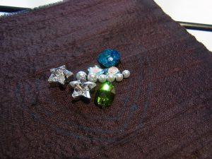 星型のクリスタル、パールが並んで刺してあります。