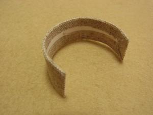 長方形のケント紙にボンドを塗って生地で包みます。