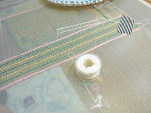 真っすぐな糸刺繍が刺してあります。