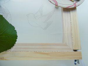生地に小鳥の図案が書いてあります。