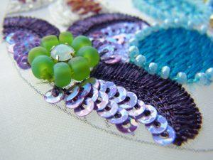花びらの外側は繊細な糸刺繍をしています。