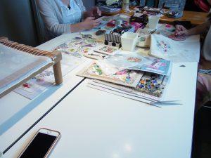 テーブルを囲んでレッスンしています。