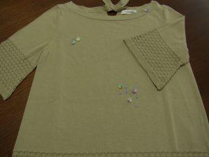 襟元、胸元、裾にビーズとオーガンジーリボンの花が刺してあります。