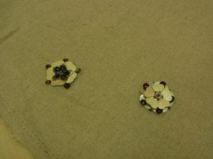 革の花びらとスパンコールが一緒に刺してあります。