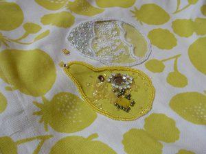 洋梨とレモンにびーずとスパンコールを刺しています。