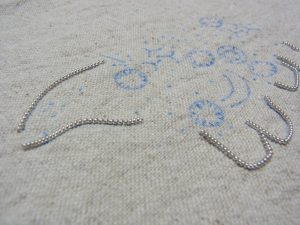 クマの顔と足の輪郭にワイヤーを固定しました。