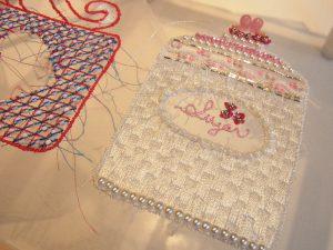 コーヒーカップとシュガーポットが糸刺繍してあります。