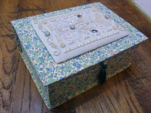 生地を貼った箱です。上蓋の上にビーズ刺繍した生地が貼ってあります。