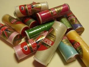 様々な色のポリエステル糸が沢山あります。