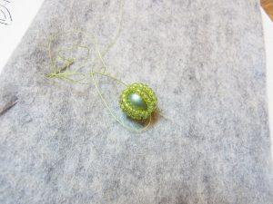 パールの周りにビーズを糸で掛けます。