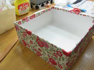 四角い箱を作ったので、その周りに生地を貼ります。