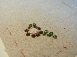 タコ糸とスパンコールで刺した花です。