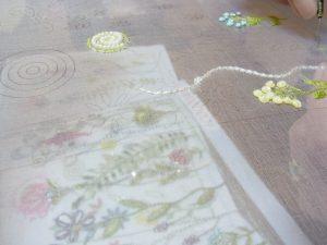 糸刺繍の上にレーヨン糸でジグザグを掛けています。