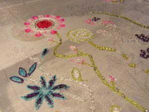 アリワークで刺しています。糸刺繍で様々なお花を刺しています。