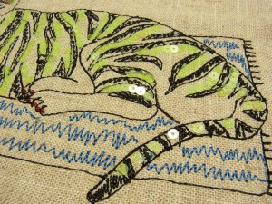 トラの下半身部分の縞模様に、スパンコールを配置しています。