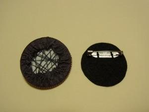 刺繍をした生地と裏生地をボンドで貼り合わせます。