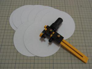 厚紙を円形にカットします。