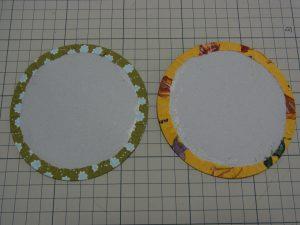 円形の切り込み部分もボンドを塗って固定します。