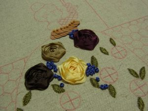 スカート部分にリボンで作った薔薇と、つぼみのような小さい花があります。
