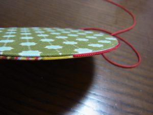 2枚貼り合わせた周りに、紐をボンドで固定します。