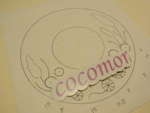 直径11cmの帽子型です。円形などの図案が描かれています。