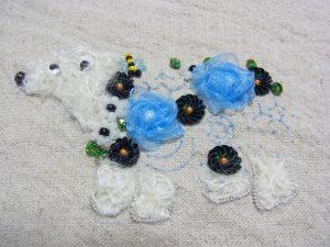 クマの胴体にオーガンジーのお花が2個とビーズ、スパンコールが刺してあります。