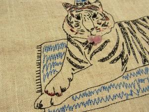 刺繍されているトラがマットの上にいます。