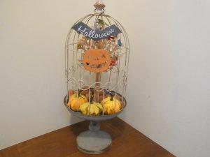鳥籠にカボチャが飾ってあります。ハローウィンの飾りです。