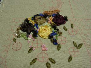 薔薇の周りにパールとつぼみがたくさん刺してあります。