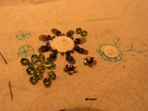花芯にたこ糸をクルクル巻いたお花です。周りにはスパンコールを刺しています。