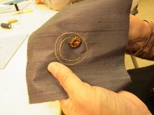 糸を円形のワイヤーの溝に入れながらコーチングします。