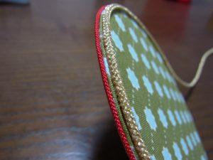 片面にだけ太い紐を一周貼り付けます。