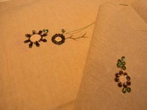 花芯部分を紐でクルクル巻いています。周りはスパンコールを刺しています。