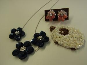 花のネックレスとイヤリング、飾りの羊があります。