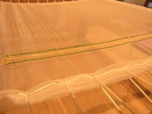 オーガンジーの生地に糸刺繍を縦方向に刺しています。