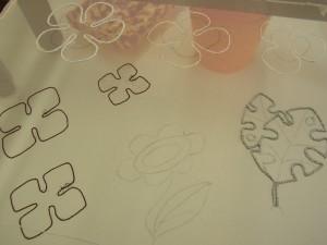 花を図案線の通りに糸刺繍をしています。