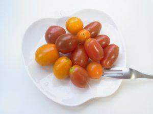 ミニトマトがお皿に盛ってあります。