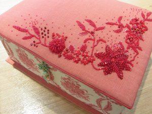 カルトナージュで箱を作りました。蓋の上にビーズ刺繍した生地を張っています。キラキラした花模様が綺麗です。