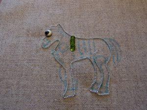 馬の形にワイヤーが刺してあります。