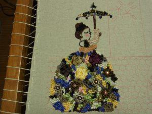 花模様がいっぱいのドレスを着た女性です。傘もお似合いです。