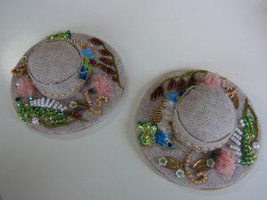 帽子型ピンクッションです。小鳥は羽根が細かいスパンコールと特小ビーズで刺してあります。