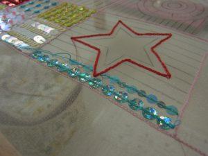 星の形に糸刺繍してあります。周りにスパンコールが刺してあります。