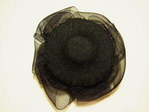 ブローチの裏側に、マグネットのフェルトを縫い止めます。