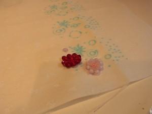スパンコールとビーズを組み合わせた花が2個刺してあります。