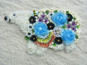 シロクマの胴体がお花模様でできています。