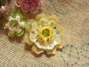 スパンコールとビーズで刺した円形の花です。