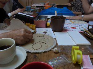5名様で和気藹々と、一つのテーブルを囲んで刺繍をしています。