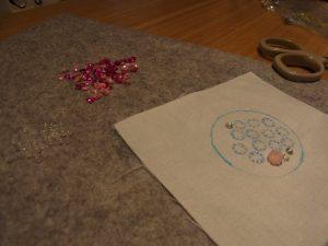 3mmスパンコールで刺した円形の花が一つあります。丸いストラップができます。