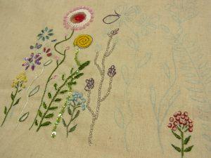 彩りが綺麗に花々が刺してあります。スパンコール、ビーズ、糸刺繍のテクニックです。
