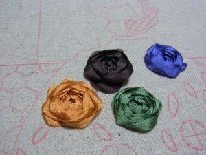 リボンを捻ったり、緩めたりしながらしながら、薔薇の花を作ります。